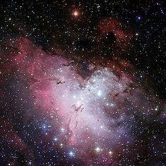 M16, Nebulosa del Águila. Imagen de campo amplio de la Nebulosa obtenida con la cámara WFI del telescopio 2,2 m del Observatorio Europeo Austral, La Silla, Chile. Datos de observación: Época J2000.0 Ascensión recta: 18 h 18 m 48 s. Declinación −13° 49′. Distancia: 5,700 años luz (1750 pársecs). Magnitud aparente (V): 6,0. Tamaño aparente (V): 7,0 minutos de arco. Constelación: Serpens. Características físicas: Radio 70×55 al. Otras designaciones: Messier 16, NGC 6611, IC 4703, Gum 83, RCW…
