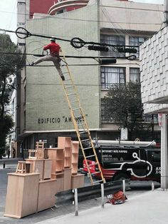 'Safety first' is the thing that we all have heard a million times at our workplace. But look at these stupid people and how they give sh!t about safety. Stupid Guys, Crazy Stupid, Crazy Funny, Stupid People, Funny Life, Funny People, Safety Fail, Darwin Awards, Construction Safety