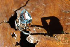 Já que novembro é o mês do topázio que tal um deslumbrante anel de topázio azul? ANEL GOTA CURVA AZUL #53 | anel em prata com destaque para a belissima gota de topazio azul.