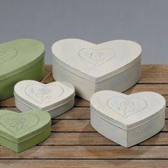 Das 3 teilige Box Set Herz in Beige ist hergestellt aus Metall und teils verzinkt. Eine Rose ziert jeweils den Deckel einer Box. Ideal als Geschenkidee!