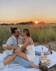 Picnic Photography, Couple Photography Poses, Picnic Photo Shoot, Picnic Pictures, Picnic Engagement, Romantic Picnics, Cute Couple Pictures, Picnic Outfits, Picture Poses