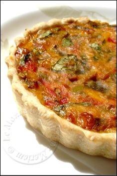 Salem alaykoum, bonjour a tous; Voici une quiche absolument délicieuse, dégustée tiède comme plat principal avec une bonne salade, c'est un bonheur pour les papilles. C'est une magnifique recette qui me vient de mon amie Kaouther , elle plaira aux petits... Tart Recipes, Easy Cake Recipes, Cooking Recipes, Quiches, Omelettes, Pizza Sale, Tomate Mozzarella, Savory Pastry, Breakfast Quiche