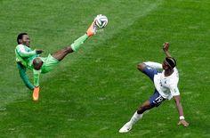 30.6.2014: Brasilia. Juwon Oshaniwa und Paul Pogba im Zweikampf während dem Achtelfinal Nigeria-Frankreich.