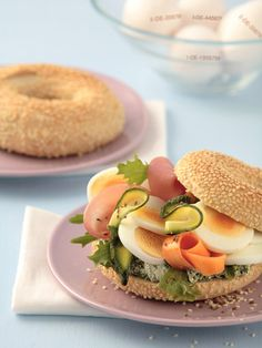 Belegter Bagel mit Ei: http://kochen.gofeminin.de/rezepte/rezept_bunt-belegter-sesam-bagel-mit-ei_309066.aspx