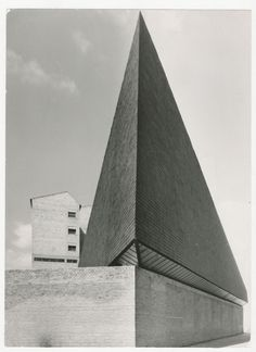 Iglesia y Centro parroquial Ntra. Sra. de los Ángeles (Alberto Schommer, Vitoria, 1960) por los arquitectos Javier Carvajal Ferrer y José Ma...