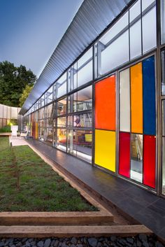 Colour film on some of the glass panels of the facade pay homage to the high modernism of Mondrian and the high-rise apartment buildings of Hillbrow, and evoke the intense colours of Johannesburg sunsets.
