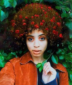 """Se tem uma coisa poderosa no mundo, é certamente uma linda cabeleira afro. Para mostrar toda a beleza das mulheres negras, o artista americanoPierre Jean-Louis criou uma série de retratos em que os cabelos afros se confundem com elementos da natureza. O projeto ganhou o nome de Black Girl Magic(algo como """"Magia das Meninas Negras""""..."""