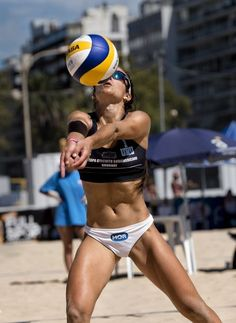 Chicas volleyball shorts, volleyball playa, beach volleyball girls, women v Beach Volleyball Girls, Volleyball Shorts, Women Volleyball, Beach Girls, Brazil Volleyball, Female Volleyball Players, Sport Top, Poses References, Fitness Models