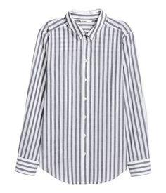 Dunkelgrau/Gestreift. Bluse aus luftiger Baumwolle. Die Bluse hat vorn eine Knopfleiste und lange Ärmel mit geknöpfter Manschette. Abgerundeter Saum mit