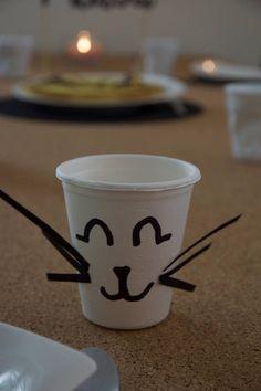 8 cartes dinvitation pour un goûter danniversaire sur le thème des chats. Pour inviter ses ami(e)s à sa super fête votre enfant pourra leur glisser ce carton. Il pourra être gardé précieusement et être accroché dans une chambre, encadré ou non ! Cet ensemble est composé de : - 2 cartes Chat rieur - 2 cartes Chat dormeur - 2 cartes Chat gourmand - 2 cartes Chat curieux - 8 enveloppes blanches Dimensions de la carte 13 X 13 cm Enveloppe 14 X 14 cm Impression au verso du text...
