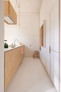renovatie art deco appartement te Brussel - white and wood narrow kitchen Interior Design Kitchen, Interior Design Living Room, Interior Decorating, Plywood Kitchen, Apartment Needs, Sweet Home, Cocinas Kitchen, Skandi Kitchen, Sliding Patio Doors