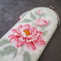Очечник из бисера Нежность. Пионы. Beaded Purses, Beaded Bags, Knit Or Crochet, Bead Crochet, Craft Bags, Tapestry Crochet, Glasses Case, Vintage Bags, Beaded Flowers