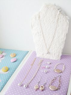 I wanted to get a necklace display stand for a while.  But these are expensive and not so cute always.   I always make cat motif accessori...