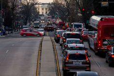 Al fondo se ve la Casa Blanca y el tráfico que aumenta en Washington, miércoles 16 de marzo de 2016. El metro de la capital estadounidense y alrededores cerró durante todo el día para una inspección sanitaria. (AP Foto/Andrew Harnik)