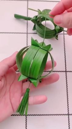 Weave a palm-leaf lantern – Origami Diy Crafts Hacks, Diy Crafts For Gifts, Diy Home Crafts, Diy Arts And Crafts, Diy Crafts Videos, Creative Crafts, Crafts For Kids, Diy Projects, Paper Crafts Origami