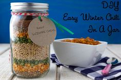 An Affordable DIY Gift in a Jar: Easy Winter Chili on Weelicious. Easy - 3 year old can assemble! Diy Gifts In A Jar, Mason Jar Gifts, Homemade Gifts, Mason Jars, Gift Jars, Homemade Soup, Easy Gifts, Mason Jar Meals, Meals In A Jar