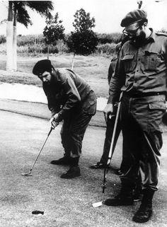 El Che Guevara y Fidel Castro parodian los partidos de golf de Eisenhower en 1960.