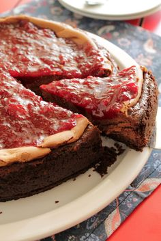Chocolate cheesecake topped with strawberry sauce Chocolate Cheesecake Recipes, Strawberry Cheesecake, Strawberry Recipes, Strawberry Sauce, Fun Desserts, Delicious Desserts, Dessert Recipes, Awesome Desserts, No Bake Cake