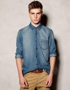 Denim shirt, basic brown belt & light brown chinos.