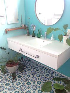 モロッコタイル柄の床材でお手軽DIY!超簡単モロカンスタイル   BG ... 一番広い洗面所は四角に切るだけなのでほんとにすぐ完了。
