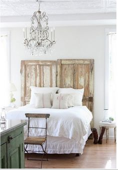 """Une tête de lit """"vieilles portes"""" originale"""