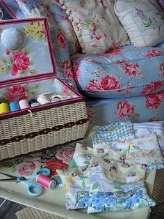 windmillsnat: Crafty Afternoon (by MinxyMagic) Shabby Chic Kitchen, Shabby Chic Homes, Shabby Chic Style, Vintage Country, Vintage Decor, Sycamore Wood, Sewing Baskets, Pip Studio, Vintage Sewing Machines