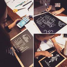 Lettering Chalkboards hot Tea and creativity... Il nostro pomeriggio in #weddingAcademy è stato meraviglioso. Le talentuose allieve iniziano a preparare i dettagli del Christmas Gala...un evento da non perdere! #elisamoccieventsacademy . . . . #WeddingLab #handmade #weddingdesign #lettering #creativity #luxuryweddings #luxuryflowerdesign #chalkart #chalkboard #weddingproject #weddingplannersardegna #corsiperweddingplanner #weddingacademyitalia #sardegna