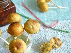 Cake pops made in italy 1 oeuf 50gr de farine 2càs d'huile d'olive 1càc rase de levure chimique 4càs de lait 20gr d'olives vertes déjà dénoyautées 40gr de tomates séchées 1/4 de boule de mozzarella Poivre