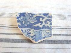 紺色と白の葉と蔦模様の陶器片のブローチ ビーチグラス シーグラス Creema Handmade Accessory Brooch DIY Crafts Asian ハンドメイド アクセサリー 藍 和風  和柄 和小物