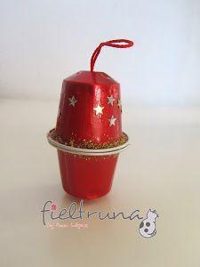 Las cafeteras de cápsulas están de moda y en casi todas las casas contamos con una. En este caso se trata reciclar estas cápsulas para hacer adornos navideños para el árbol.