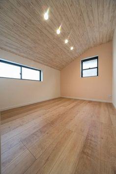 天井のクロスは白い木目のサンゲツ「FE-4157」 天井の木目調クロスと床の色、1面のアクセントクロスが可愛いですね Hardwood Floors, Flooring, Wood Wallpaper, Wood Ceilings, Kids Room, Child Room, Tile Floor, Living Room, Interior