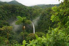 La catarata Río Fortuna se encuentra en Costa Rica.