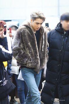 Exo Fashion - Kai Aiport Fashion : Nice Fluffy Jacket from Kai Airport Fashion. Comfy as Hell. Kpop Fashion, Korean Fashion, Airport Fashion, Fashion Men, Kim Kai, Bear Hoodie, Kim Minseok, Airport Style, Black Blazers