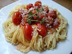Ζυμαρικά με λουκάνικα, αστεροειδή γλυκάνισο και ντοματίνια. Spaghetti, Ethnic Recipes, Food, Meals, Yemek, Noodle, Eten