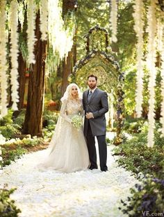 Social-media baron Sean Parker and singer-songwriter Alexandra Lenas traded vows amid towering redwoods.