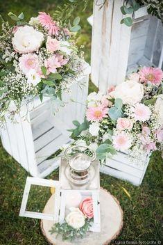 Angolo shabby chic con cassette di legno, lanterne e fiori freschi #matrimonio #nozze #sposi #sposa #decorazioninozze #rustichic #bohochic #wedding #weddingideas #ricevimento #allestimentinuziuali #decorazionimatrimonio #shabbychic