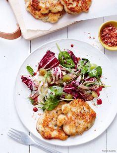 Mit jedem Biss steigt die Begeisterung für die mit geräuchertem Paprika gewürzten Plätzchen. Frisch dazu: der herb-fruchtige Salat.