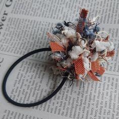 使用した糸の一つひとつに個性があり、オリジナル感が際立ったヘアゴムです。コーディネイトに合わせて、色違いがいくつも欲しくなります。 Diy Hair Accessories, Craft Box, Crochet Hair Styles, Textiles, Flower Crafts, Diy Hairstyles, Hair Ties, Fabric Crafts, Headbands