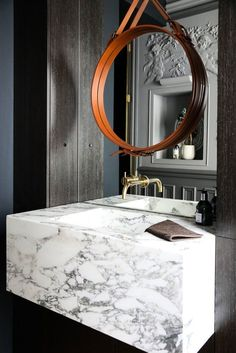 The Socialite Family | Une salle de bain raffinée. #family #famille #couple #homedecor #interior #deco #art #home #salledebain #bathroom #leather #cuir #miroir #mirror #marble #marbre #inspiration #idea #thesocialitefamily