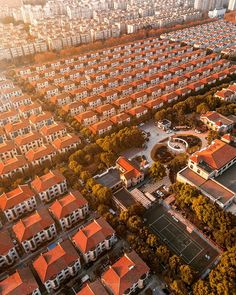 These magnificent views of Shanghai from above were taken by drone by German design director Mark Siegemund , who presents the juxtaposition of tradition and modernity of this dynamic city in a series of breathtaking images. Landscape Photography Tips, Aerial Photography, Cityscape Photography, Shanghai, Plans Architecture, Gothic Architecture, Eco City, Futuristic City, Aerial Drone