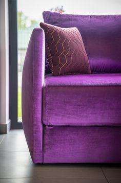 Rozkładana sofa wykonana z eleganckiej tkaniny welurowej. Poduszka dekoracyjna z ekskluzywnej kolekcji Kirby Design. #SofyTapicerowane #SofaRozkladana #PoduszkiDekoracyjne Tub Chair, Love Seat, Accent Chairs, Couch, Furniture, Home Decor, Upholstered Chairs, Settee, Sofa