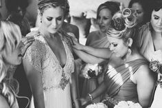 Bride praying with bridesmaids | Image by Dorka Photography