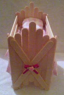 Encanto Artesanatos: Bercinho de palito de picolé Popsicle Stick Crafts House, Popsicle Sticks, Craft Stick Crafts, Easy Diy Crafts, Diy Crafts For Kids, Diy Doll Miniatures, Diy Barbie Furniture, Doll House Crafts, Baby Doll Accessories