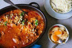 Kycklinggryta med chili, kanel och ingefära är ett recept som får mig att minnas tillbaka till Indien, som jag besökt fem gånger. Jag har även varit på matlagningskurs där, och dessa smaker är favoriter hos mig. Den här grytan är också supergod att göra med kikärtor, om du äter vegetariskt, och då kan man också… Sugar And Spice, I Foods, Slow Cooker, Chicken Recipes, Clean Eating, Good Food, Curry, Chili, Food And Drink