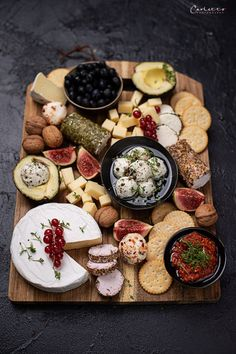 Vegetarian cheese plate with goat cheese - Dessert - Healty Snacks Veggie Recipes, Healthy Recipes, Easy Recipes, Party Food Platters, Cheese Dessert, Healthy Brunch, Vegetarian Cheese, Antipasto, Clean Eating Snacks