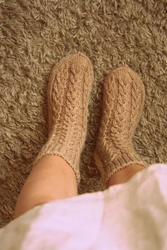villahaka: Aamu-sukat + OHJE Knitting Socks, Leg Warmers, Handicraft, Mittens, Slippers, Crochet, Crafts, Fashion, Hand Crafts