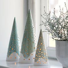 Julen kommer (meget) tidligt i år med den smukke Nobili serie fra Kähler! Skab en hyggelig julestemning med Kählers Nobili juletræ lysestager. Nu på webshoppen. (Leveringstid: Oktober 2015)
