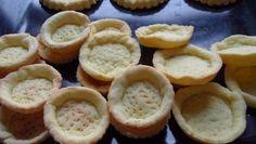 con queste basi di pasta frolla potete preparare crostatine e tartellette farcite con una crema a piacere. Guarda la ricetta illustrata passo passo ...