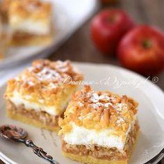 Apple pie with meringue and crumble Polish Desserts, Polish Recipes, Just Desserts, Apple Cake Recipes, Dessert Recipes, Happy Foods, Pastry Recipes, Homemade Cakes, No Bake Cake