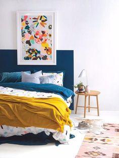 Door een gekleurd vlak achter je bed te schilderen creëer je gemakkelijk een hoofdbord! Op zoek naar meer slaapkamer ideeën? Klik op de bron om naar Woonblog te gaan!